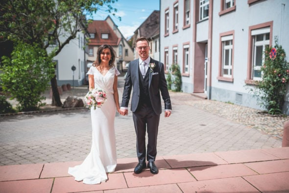 Hochzeit Freiburg Brautpaar vor Kirche