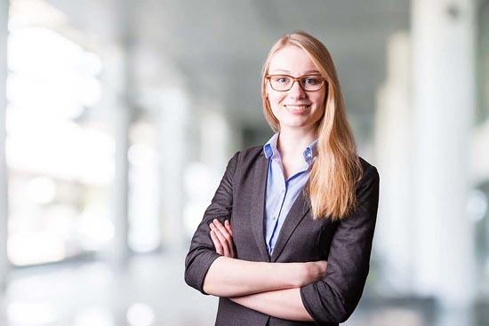 Foto für Bewerbung Freiburg Frau moderner Hintergrund
