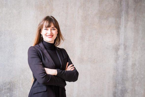 Bewerbungsfoto Freiburg Frau moderner Hintergrund