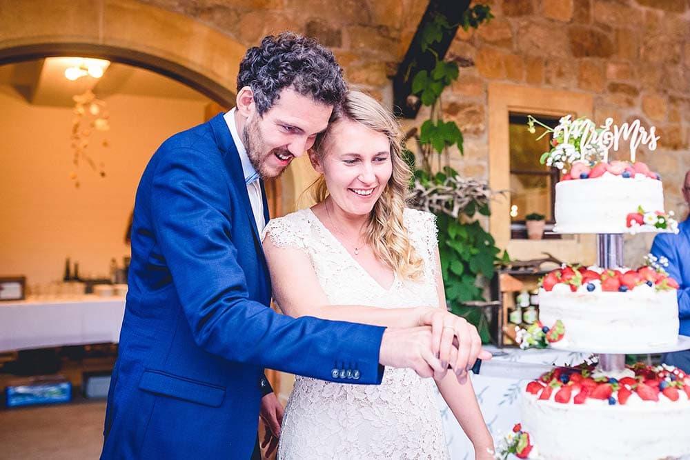 Brautpaar schneidet Hochzeitstorte an Hochzeitsfotograf Freiburg Colin Derks
